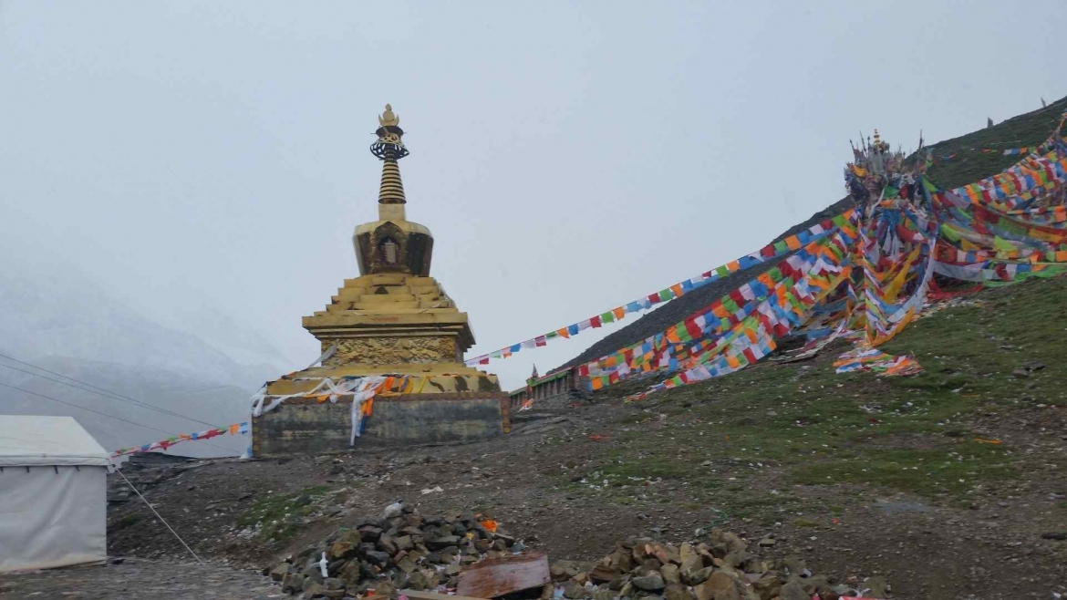 The stupa at Drakde La Pass