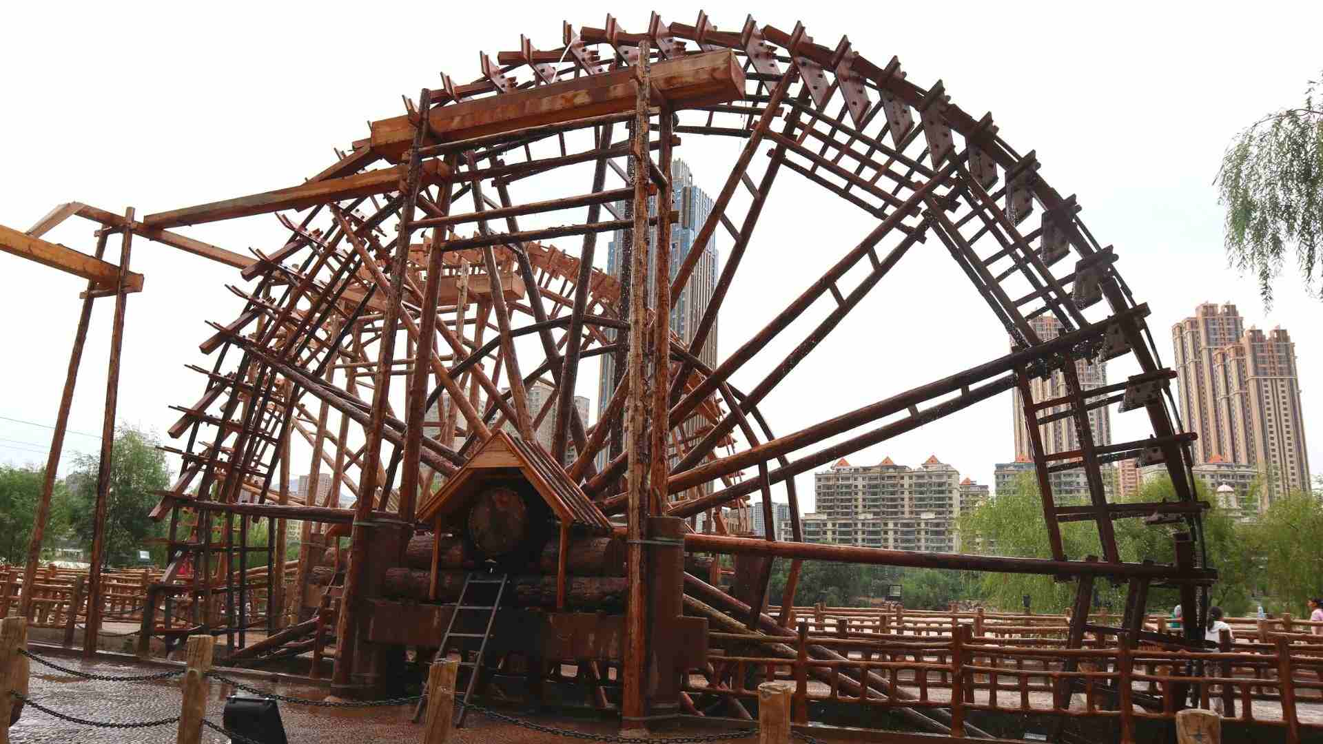 Water wheels by the Yellow River bank